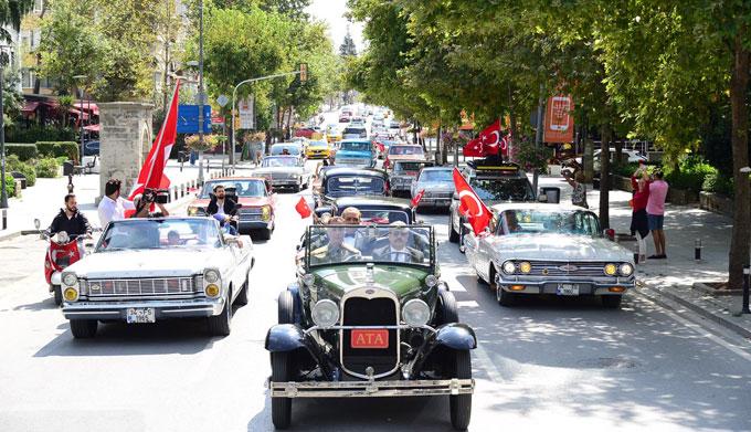 """Klasik otomobillerle köprüde """"Yaşasın Cumhuriyet"""" konvoyu!"""