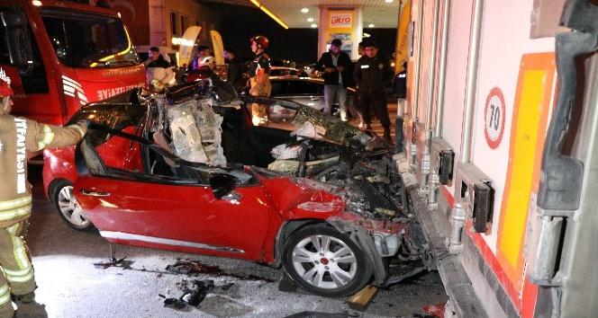 Pendik'te otomobil TIR'ın altına girdi: 1 ölü 2 yaralı
