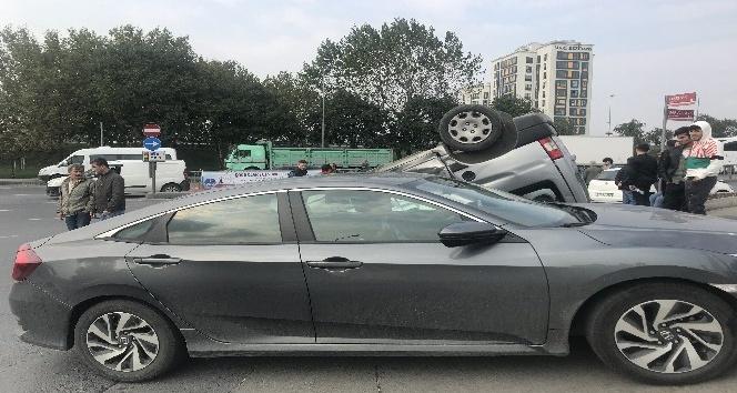 Kırmızı ışıkta geçen araç takla attı: 2 yaralı