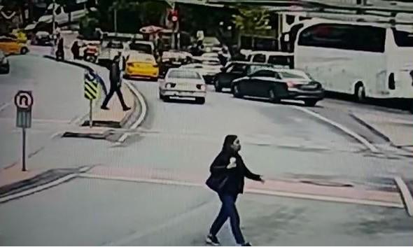 Yolun karşısına geçmeye çalışan hamile kadının üzerine motosiklet devrildi