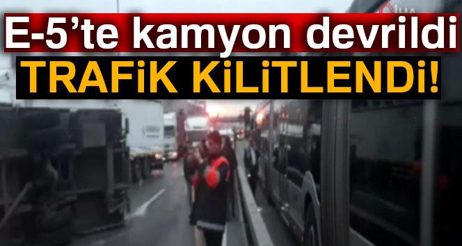 E-5'te kamyon devrildi, trafik kilitlendi!