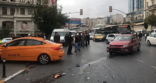 Kırmızı ışıkta geçtiği iddia edilen otomobile taksi çarptı