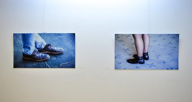 Ayakkabıları fotoğraf sergisine taşıdı
