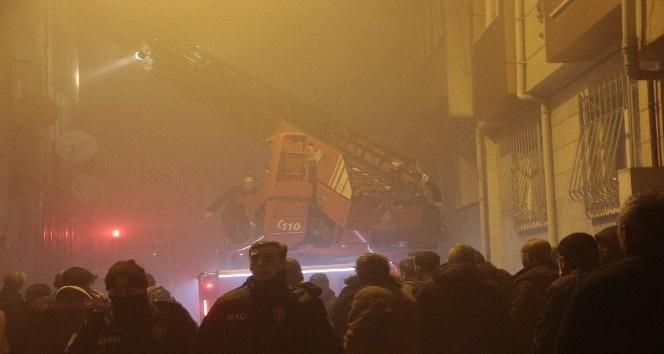 4 katlı binanın çatı katında yangın çıktı