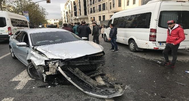 Alkollü sürücü minibüse ve vatandaşlara çarptı: 3 yaralı