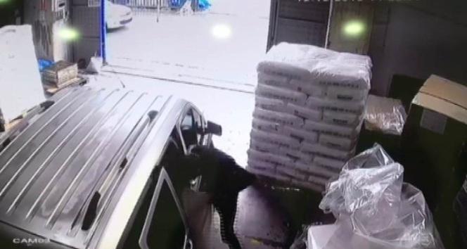 Tır'dan 'iç çamaşırı' çalan hırsızlar, son işlerinde polise yakalandı