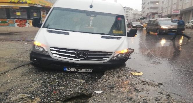 Yoğun yağış nedeniyle yol çöktü 3 kişi yaralandı