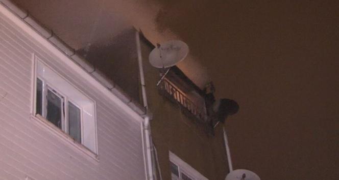 4 katlı binanın en üst katı alev alev yandı