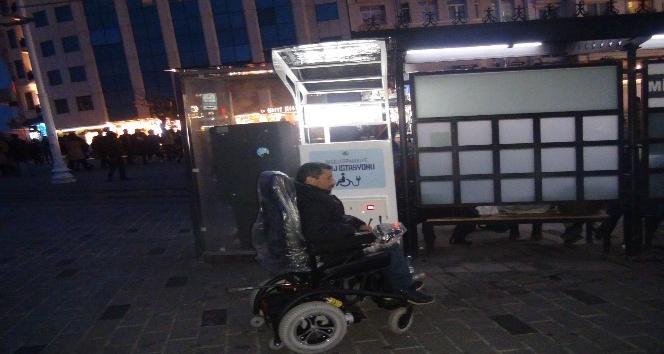 Engelli, aracını şarj etmek için geldiği istasyon önünde şoku yaşadı
