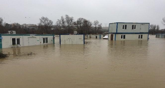 Aşırı yağış sonucu şantiyeleri ve yolları su bastı
