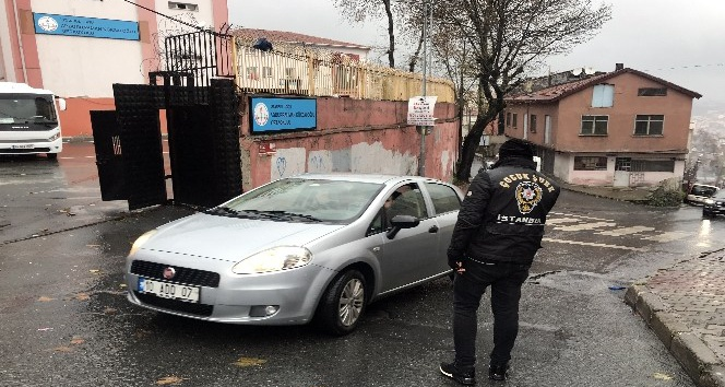 Polis 'Huzurlu Park ve Okul Önleri' uygulaması gerçekleştirdi