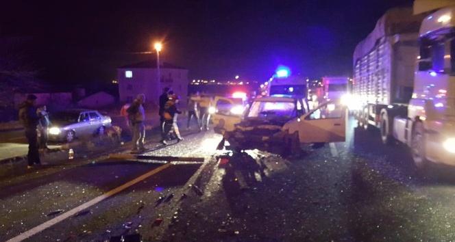 Hafif ticari araç kamyona çarptı: 5 yaralı