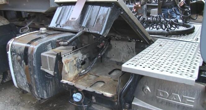 Lüks araçlarla tırlardan yakıt hırsızlığı kamerada