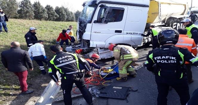 TEM otoyolunda hafriyat kamyonu, polis aracına çarptı