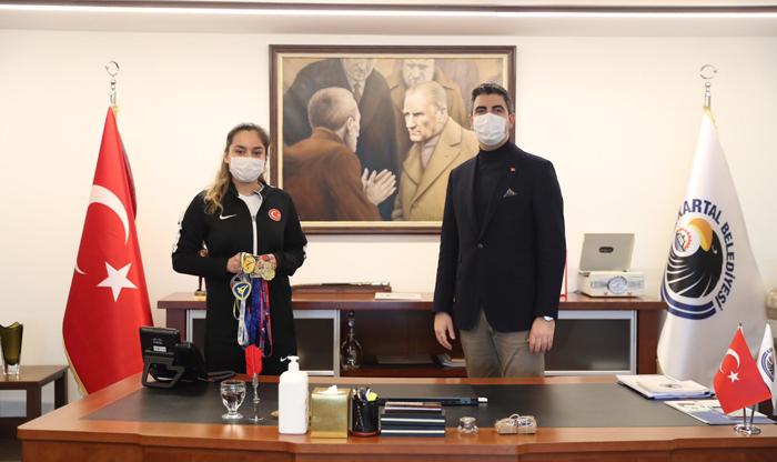 Avrupa Şampiyonu Tekvandocu Sude Yaren Uzunçavdar'ı,  Başkan Gökhan Yüksel'e Tebrik etti