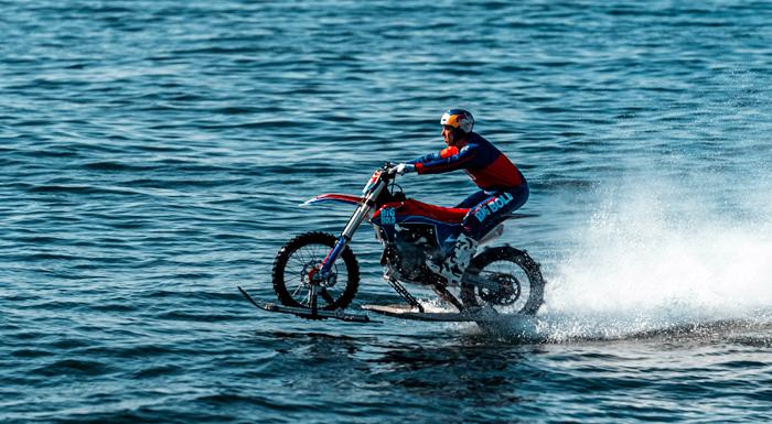Özel Motosikletiyle Su Üzerinde Gidebilen Performans Sanatçısı Robbie Maddison, İstanbul'da